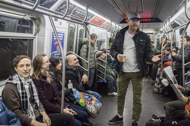 男子在電車上跟人要錢建造時光機,結果問到一半「另一個他」出現在同個車廂裡說「不要給他錢!」