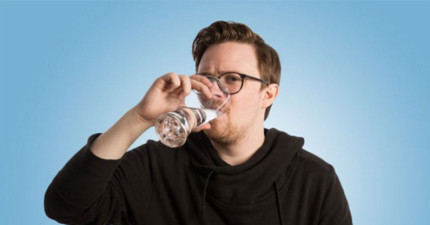 狂人挑戰「每天都喝4公升的水」連續一個月 第10天發現「驚人變化」網:變帥了?