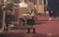 這個小戒童走紅毯時承受不住婚姻的壓力,當走到新人面前時,手一舉接著暴走的模樣讓全場都笑噴了!