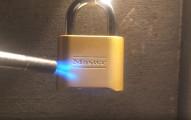 我一直都以為這種銅鎖很安全,但沒想到拿火噴了3分鐘...