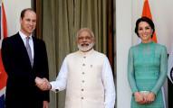 威廉王子跟印度總理見面時拍下了這張「看似友好握手照」,但已經有網友發現這張照片「很不對勁」!
