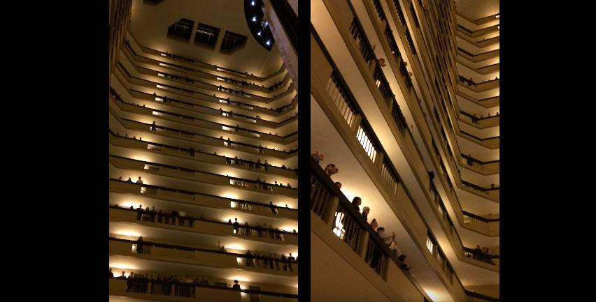一到晚上的時候這間旅館18層樓的500名年輕人就走出來,接著我全身的雞皮疙瘩就爆出來了!