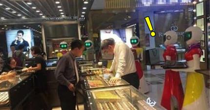中國土豪買黃金像買菜不是新鮮事,真正讓我傻眼的是他身邊的非人類隨從...