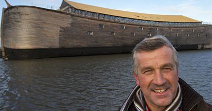 他夢到家鄉被洪水摧毀後「花4年時間打造真實1:1諾亞方舟」,一看到內裝都讓人驚呼「我們有救了」!
