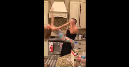 媽媽正在拍爸爸專心做菜小女兒忽然跑上前打擾他,接下來的畫面就算看5次都還覺得甜蜜!