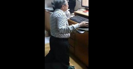 孫子看到爺爺跪在地上玩電腦還以為「家裡出大事」,結果看到「椅子上供奉的東西」就徹底笑瘋了!
