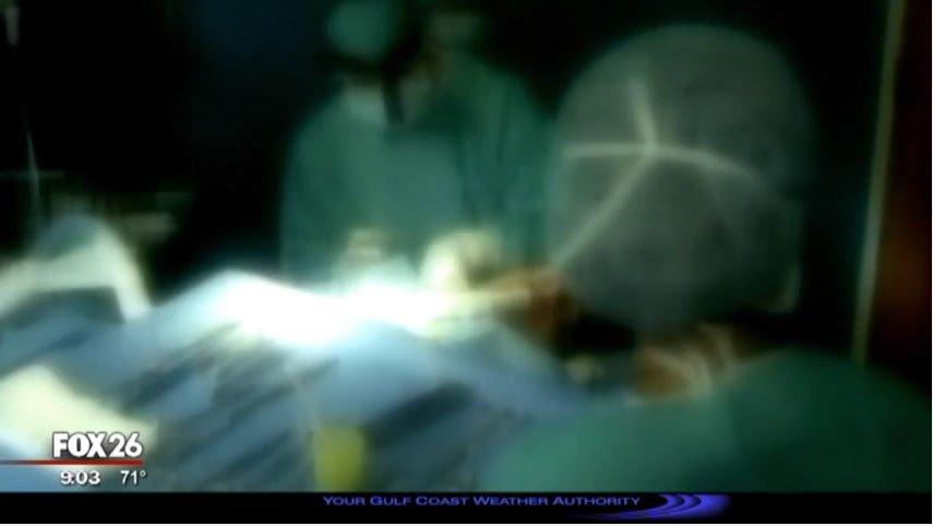 她看診時覺得醫生不友善就偷帶錄音裝置進手術房,她失去意識醫生「趁她昏迷時說的話」徹底嚇壞她!