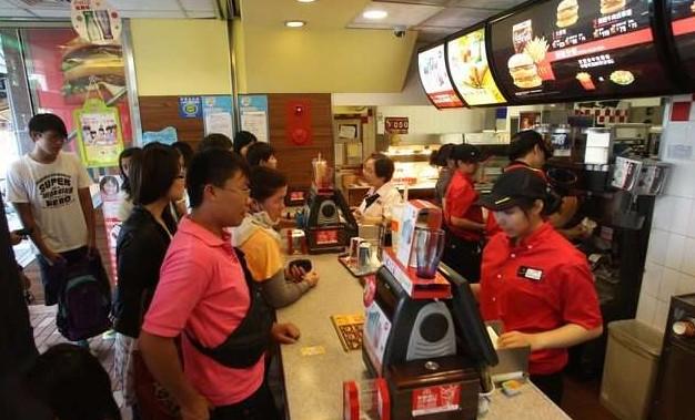 身障客人「點餐緩慢」被後面小姐嗆 店員爆氣用「超省時方法」幫她點餐