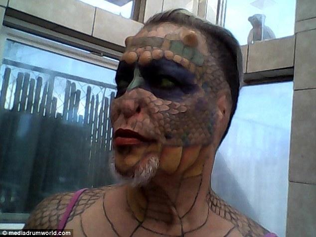 這名跨性別者整形好幾次想要把自己變成一條龍,最近把鼻子和耳朵切除的模樣真的太驚人了!