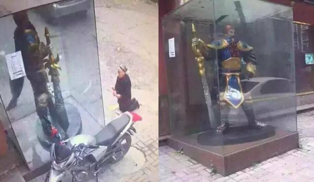 這名老奶奶對著神像虔誠膜拜,但有玩英雄聯盟的玩家看到「神像正面真面目」都笑到倒地不起!