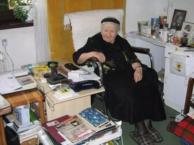 納粹大屠殺期間「她冒生命危險用屍袋救出2500個猶太小孩」,絕口不提「因為她覺得救得不夠多」。