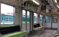 你看這張照片中只有4排座位吧?但過幾秒後你才會發現自己太小看日本「變形電車」了!