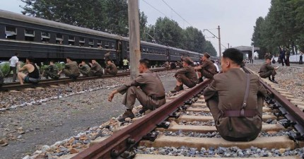 這名攝影師到北韓冒著生命危險拍下更多「不能讓人看到的生活」,一到晚上電燈唯一照亮的東西讓人看得心都碎了。