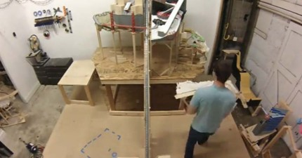 他花3年大費周章更動一堆看似廢棄的木材,但當他把鋼珠開始從上面輸入進去後...