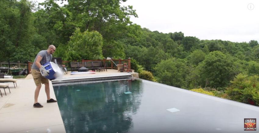 當你把14公斤大量的乾冰倒入泳池,沒爆炸但產生的畫面更加精采!