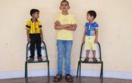 印度男孩才5歲就已經170公分,但看到「媽媽到現在還長不停的身高」才會知道全家基因有多強大!