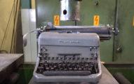 這次液壓機要把超複雜的古董打字機給壓碎,壓下去時鍵盤的變化真的太有趣了!