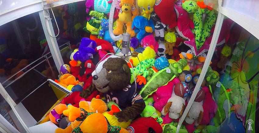 這些可憐的路人玩夾娃娃機還以為快抓到熊娃娃了,但下一秒他們發現它被附身時都嚇爆了!