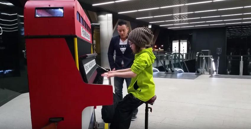 路人看到這名9歲小女生坐上地鐵裡的鋼琴以為她要彈兒歌,接著他們就驚到立刻錄下來!