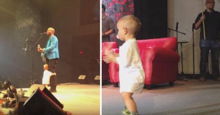 爸爸唱到一半他的咬著奶嘴的小寶寶居然不懂事跑上台,但沒想到下一幕讓觀眾都整個爆炸了!