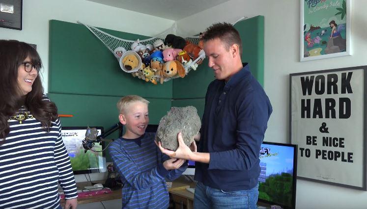 他們買了這顆16000塊的無聊礦石,但他們切開看到「超瘋狂大驚喜」讓我想開始收集石頭了!