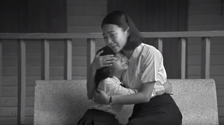 50年前她對一位失去母親的女學生說「要當她媽媽」,現在病重的她臥倒在床…走進來的人太揪心了!