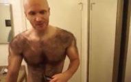 這名健美男一輩子都穿著「純天然毛茸茸戰衣」,當剃完看到他的身體才發現...!