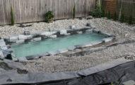 他們家後院這座游泳池看起來很普通,但水一滿出來後...太完美了!