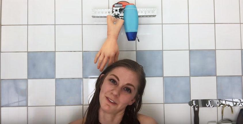 這女生說發明出一隻可以幫你洗頭髮的超高科技機器手,但我覺得很快就需要說「RIP」了...