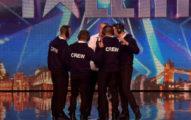 當這名參賽者的麥克風壞掉組員就衝上前幫忙,當評審快沒耐性時下一秒女觀眾都叫到沙啞了...