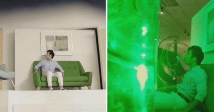 當男生跟女友去逛家具店時,無聊到在沙發上發呆!但下一秒奇怪的事情發生了!
