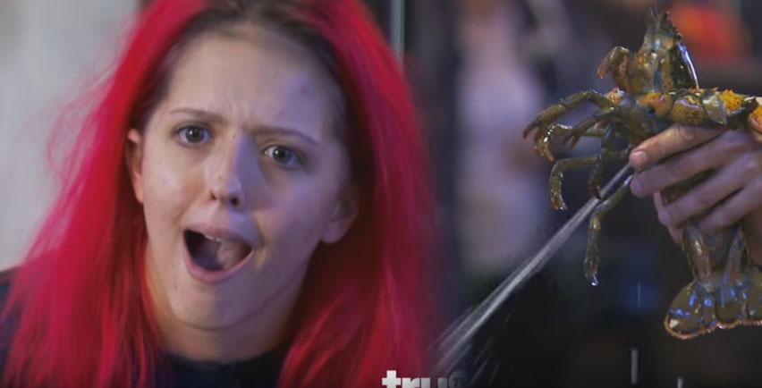 這女生終於發現我們使用的慕絲居然是用龍蝦的「害羞液體」製作出來的!當噴出過幾秒後我才真的被嚇到!