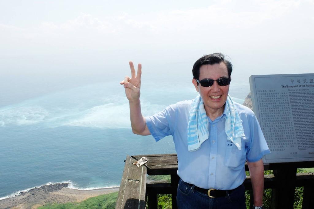 前總統馬英九在任期結束離開時,還逗趣的用臉書打卡,感人留言32.4萬人按讚!