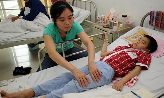 醫生說這個小男生已經沒救並轉送殯儀館,但半路上媽媽一直不停哭喊要他醒來,最後醫生都搞不懂了!