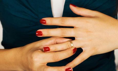 因為新娘結婚當天在使用手機,所以新郎就當天跟她離婚!