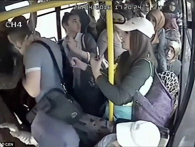 這名可惡的男子在公車上對女生大膽露鳥,結果大家排隊輪流給他巴掌。