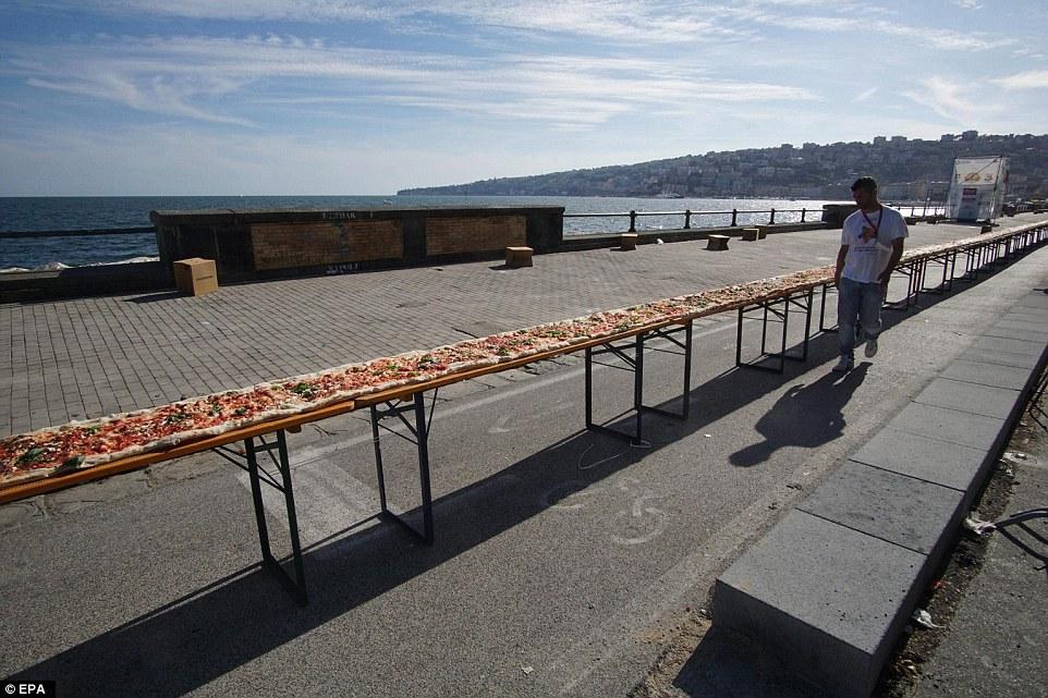 他們製作了跟4個101大樓一樣長「世界最長披薩」,看製作過程都覺得可以跟萬里長城比了!