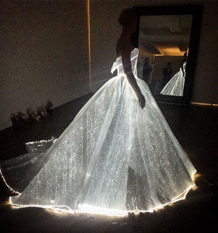 克萊兒丹妮絲的禮服看起來無聊但卻被公認是「最美的服裝」,沒想到當燈光變暗時...灰姑娘魔法!