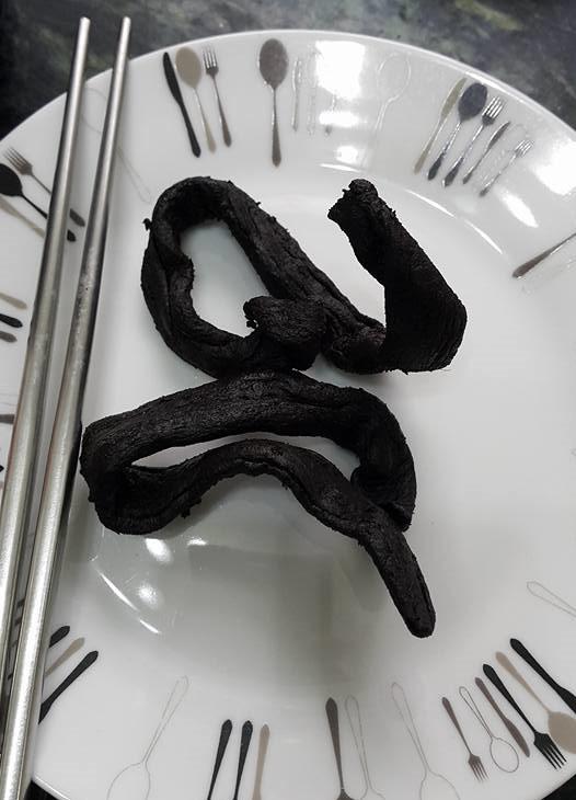 她不解阿祖為什麼把「神秘黑黑條狀物」當傳家之寶,結果網友看了立刻跪下說「這個有錢都買不到啊!」