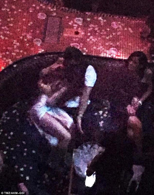 奧蘭多布魯跟凱蒂佩芮恩愛模樣閃瞎眾人,但他竟被拍到跟「小他10多歲重量級天后」親密摟抱!