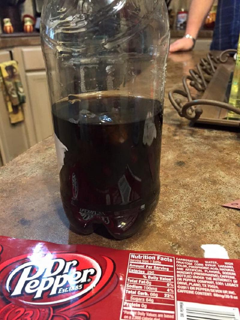 爺爺買了一罐知名品牌可樂給小孫子,沒想到孫子喝了一半後家人才看到「一雙眼睛在瓶中瞪著他們」...