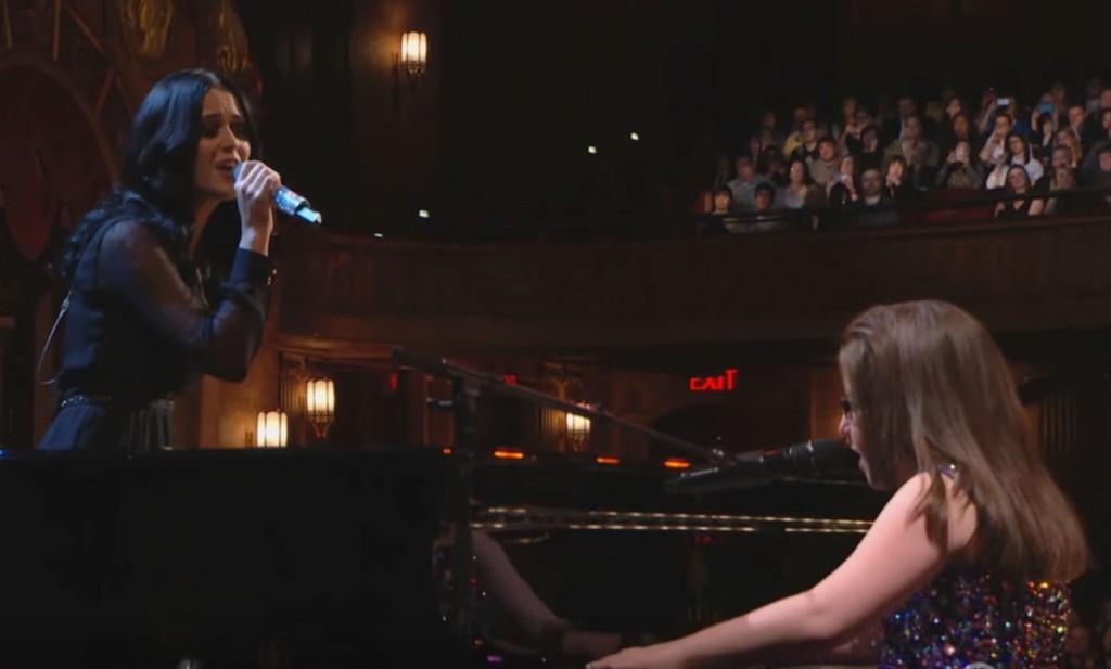 凱蒂佩芮在台上唱她的名曲《Firework》,但台下的人看到「旁邊合唱的女孩」後都感動落淚!