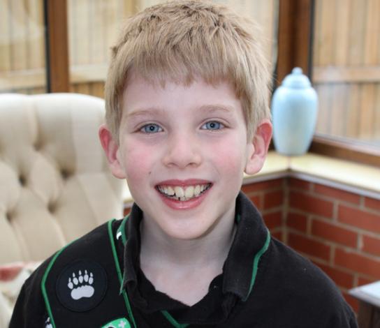 這名8歲的小男孩跟你一樣都愛玩電動,但他應該立刻被頒發「年度最佳模範兒童獎」!