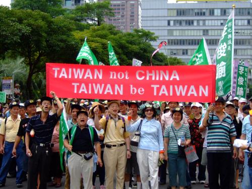 他發文表示「台灣人就是中國人」,沒想到慘遭網友翻出一年前發的文章「打臉到親友都認不出來」!