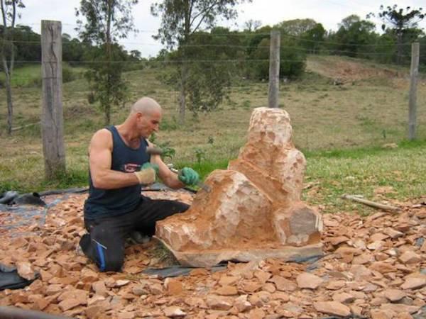 這名男子拿著斧頭站在這顆石頭旁說要送給媽媽,但接下來「他把石頭變成媽媽」會讓你媽媽羨慕到不要你了!