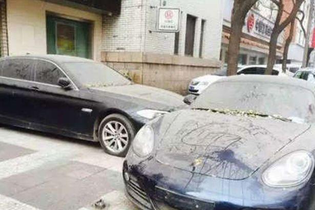 中國這兩台名貴跑車在街上停了一整年積灰都沒動,結果發現有錢人真的太無聊了!