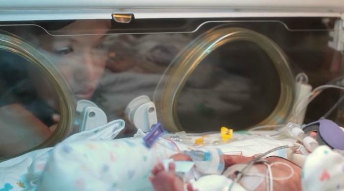 這名早產的小嬰兒出生時才0.7公斤讓家人快失去失望了,但過了一年他們就目睹到奇蹟了!