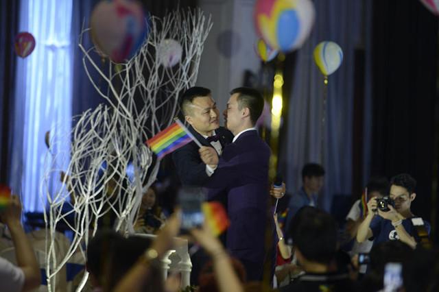 這對同志情侶提出婚姻登記卻被政府狠狠拒絕,他們因此就決定做更棒的事情打政府臉!