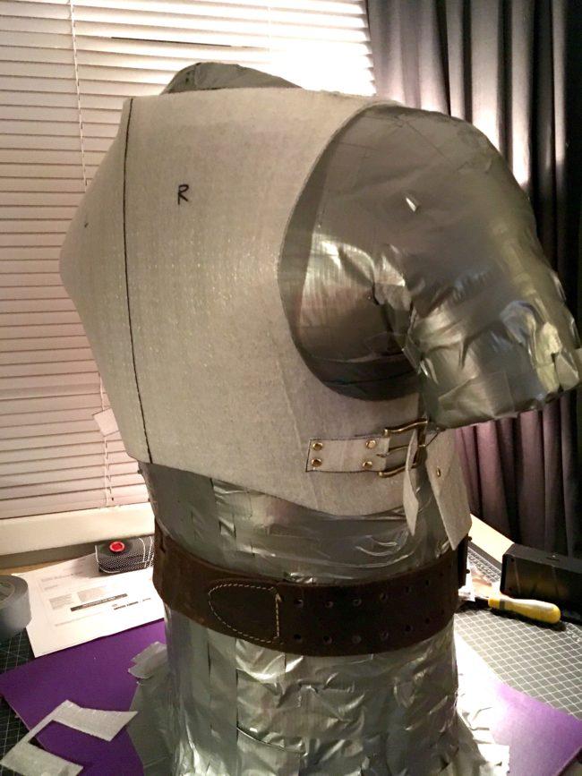 男生一開始穿「泡棉盔甲」都被朋友嘲笑,但他花1年就打造出「比鋼鐵人還強大的盔甲」讓朋友全都看傻!