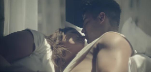 這支MV最近爆紅,因為觀眾一看到女主角的大腿就都說「MV終於像樣點了!」